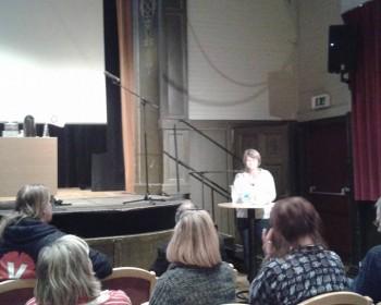 Ulla Andersson håller hälsningsanförande från partistyrelsen.